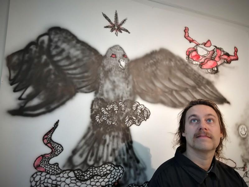 Ilpo Fieldhillin katse suuntaa korkeuksiin, mutta tumma lintu tuijottaa taiteilijaa.