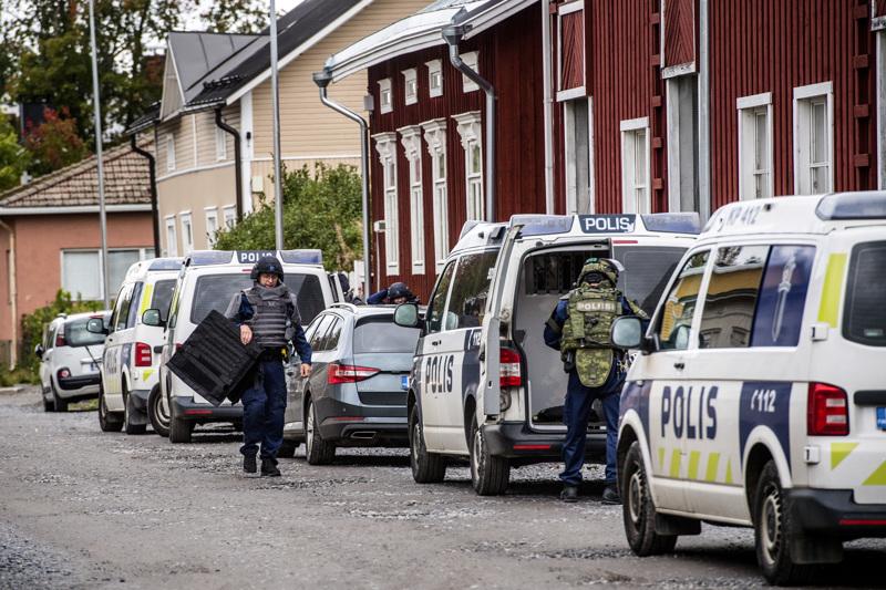 Poliisi jatkaa torstaina tehdyn ilmoituksen tutkintaa. Ilmoituksen mukaan Kokkolassa oli liikenteessä mies ase mukanaan.