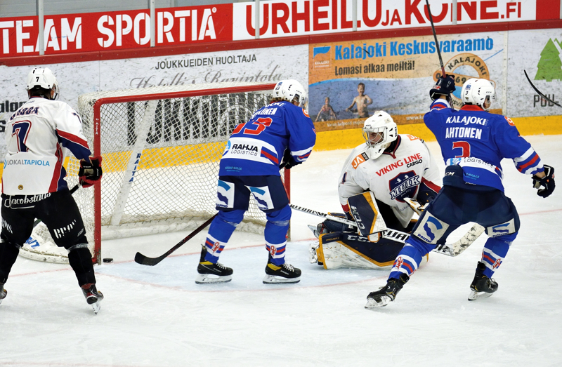 JHT:n Tuomas Ahtonen (3) teki avauserässä illan ensimmäisen osumansa Muikin Elias Lindvallin taakse. Tilanteen todistivat aitiopaikalta Simon Gädda (vas.) ja Teemu Pyykkönen.