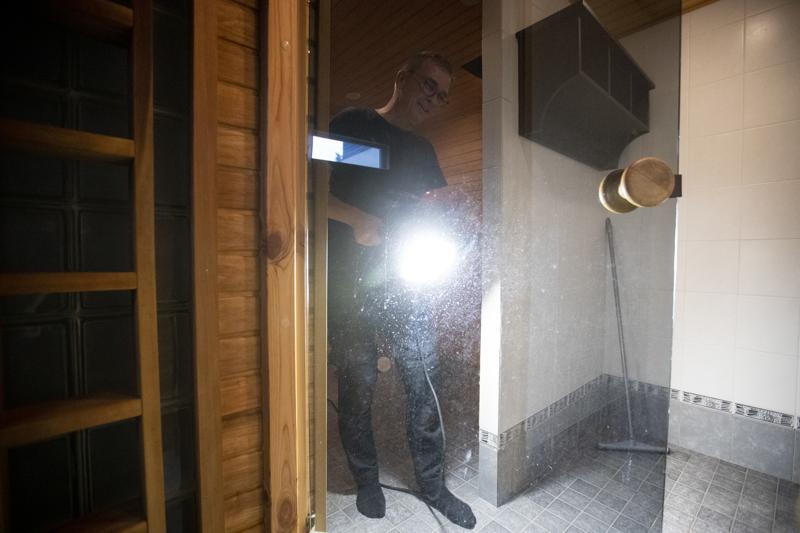 Saunan lasioveen jää helposti kalkkitahroja, joita voi olla vaikea saada irti, näyttää oululainen yrittäjä Heikki Ylisirniö.