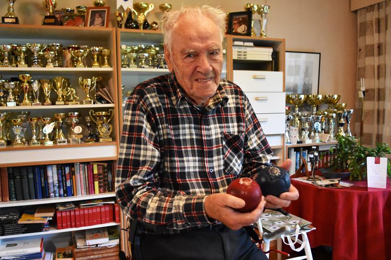Niilo Ruuska on elänyt boccia-koukussa yli 30 vuotta. Harrastus on tuonut ystävien lisäksi hyllyjen täydeltä pokaaleja, parhaimpana saavutuksena henkilökohtainen Suomen mestaruus.