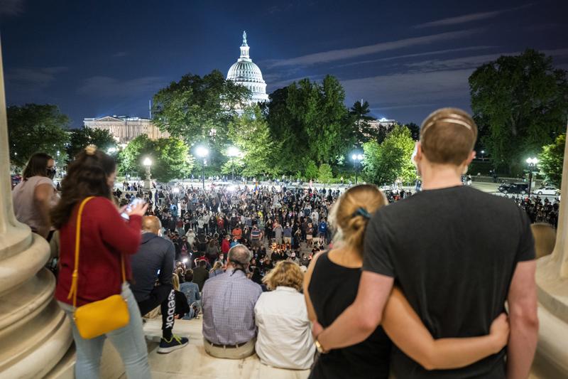 RGB – sankarimme, luki korkeimman oikeuden edustalle suremaan kokoontuneiden ihailijoiden kylteissä, kun tieto tuomari Ruth Bader Ginsburgin kuolemasta tuli julkisuuteen.