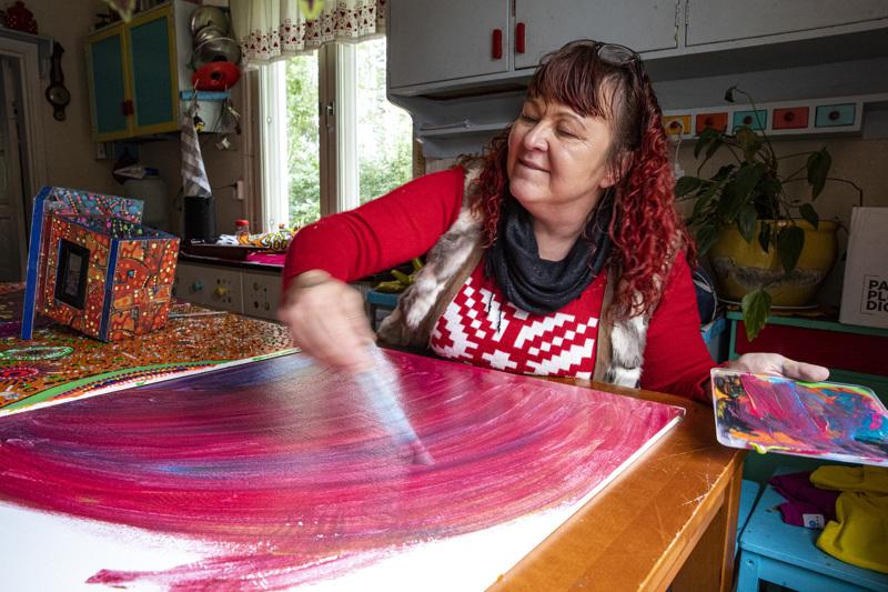 """Vuoden 2020 ITE-taiteilija Paula Huhtanen toivoo, että kuka tahansa uskaltaisi antautua luovaan leikkiin. Teoksissaan hän julistaa """"iloismia"""" eli toivon ja luottamuksen sanomaa."""