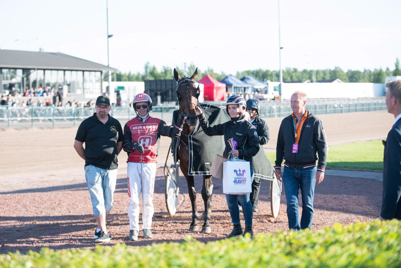Santtu Raitalan ajama Pitch Perfect juhli voittoa myös heinäkuun lopullaSeinäjoen kuninkuusravien yhteydessä.