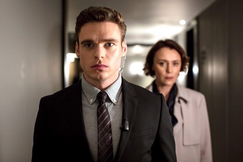 Läpi harmaan kiven. Richard Madden esittää Bodyguardin omapäistä henkivartijaa. Keeley Hawes on kunnianhimoinen sisäministeri.
