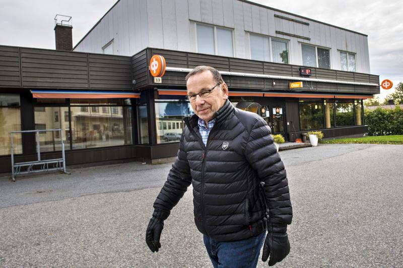 Teerijärvellä asuva 82-vuotias Gustav Grahn käyttää itse verkkopankkia, mutta hän on huolestunut monen muun eläkeläisen tilanteesta.