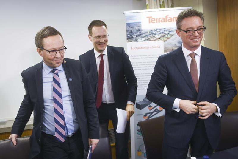 Iloista asiaa: elinkeinoministeri Mika Lintilä, Terrafame Groupin hallituksen puheenjohtaja Janne Känkänen ja Trafiguran toimitusjohtaja Jeremy Weir hymyilivät tiedotustilaisuudessa helmikuussa 2017.