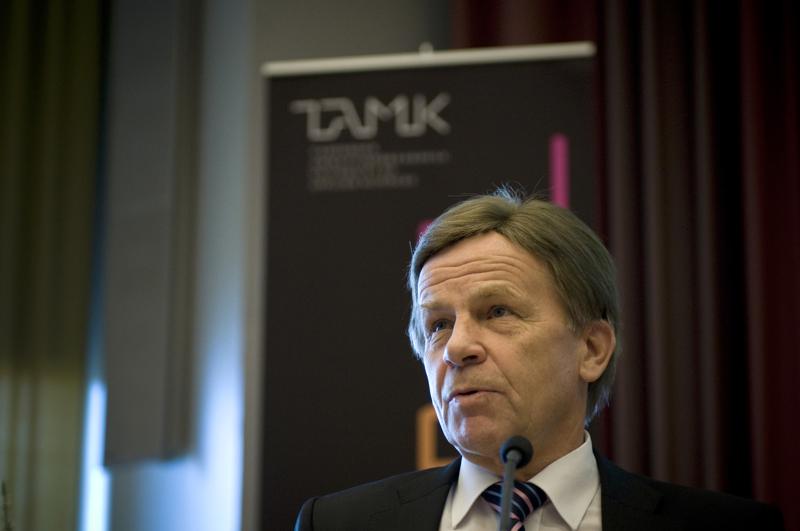 Mauri Pekkarinen (kesk.) kannattaa tutkintaa ja pakotteita, mutta hänen mielestään päätöslauselmassa on vaatimuksia, jotka eivät sinne kuulu.