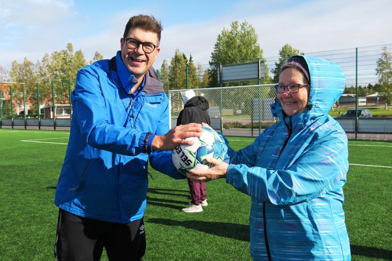 Eläkeliiton toiminnanjohtaja Anssi Kemppi lahjoitti nivalalaisille jalkapallon. Pallon vastaanotti Nivalan yhdistyksen puheenjohtaja Elsa Löytynoja.
