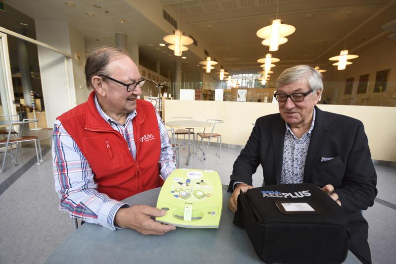 Kokkolan Sydänyhdistyksen puheenjohtaja Göran Wennman ja sisätautien ylilääkäri Mikko Halkosaari esittelevät sydäniskuria. Keskustassa sellainen löytyy esimerkiksi kirjastosta.