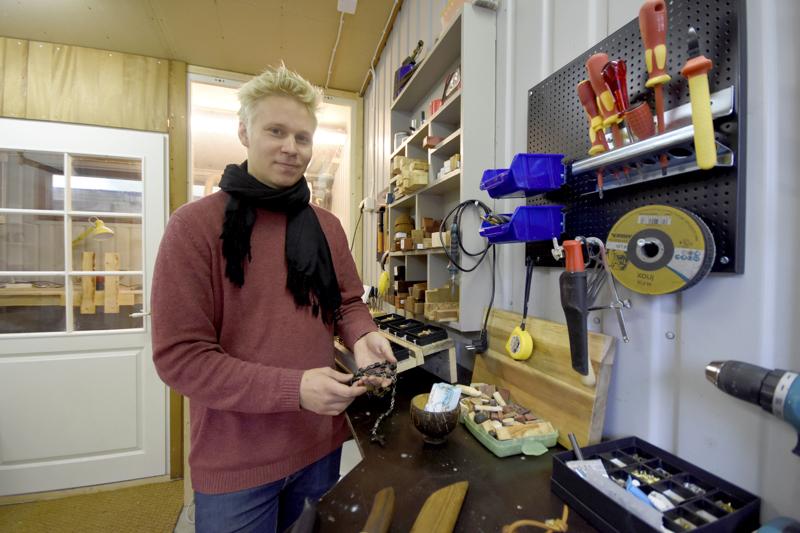 Touko Salo ryhtyi täysipäiväiseksi yrittäjäksi kesällä. Työpajalla syntyy esimerkiksi erilaisia koruja puusta.