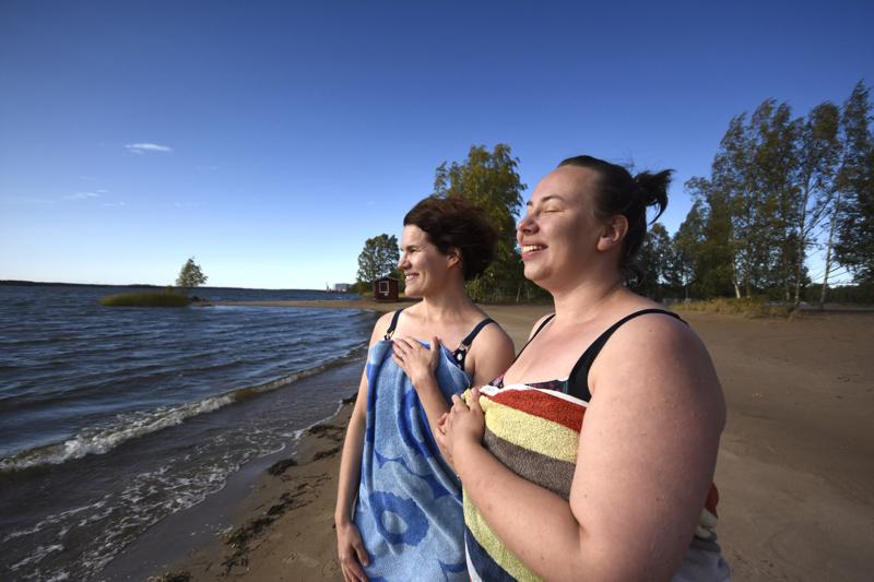 Ulla Aalto ja Aino Häli nautiskelivat uinnin jälkeisestä hyvästä olosta Lahdenperän rannalla.