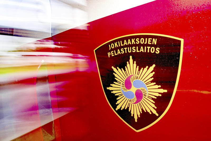 Palanut autiotalo sijaitsee Hankalantiellä Alavieskan keskustassa. Rakennukselle ja kotikuusille aiheutui pahoja vaurioita.