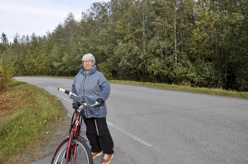 Tervetullut muutos. Leena Oja myöntää, että välillä ohittavien autojen nopeudet hirvittävät pyörälenkillä Pikku-Mansikan alueella.