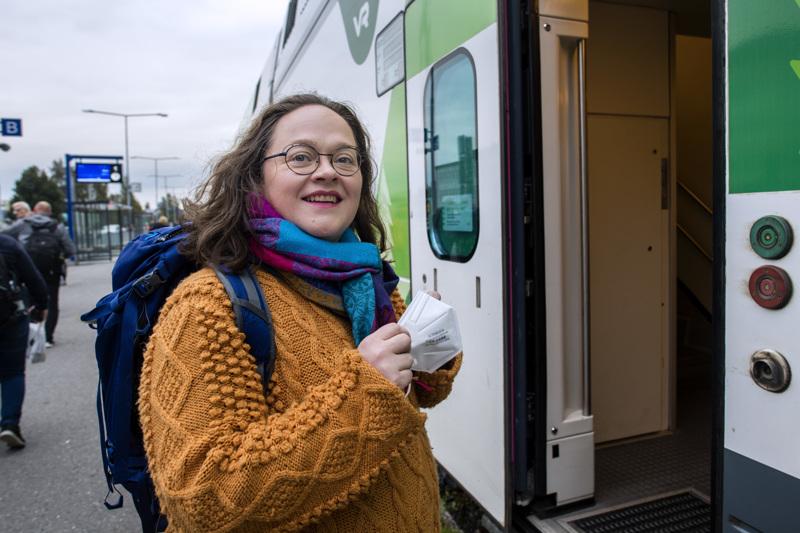 Kuoronjohtaja Marita Kaakinen käyttää maskia junassa reissatessan Ouluun kuoronsa harjoituksiin, mutta itse harjoituksissa maskeja ei tarvita, sillä turvavälit riittävät.
