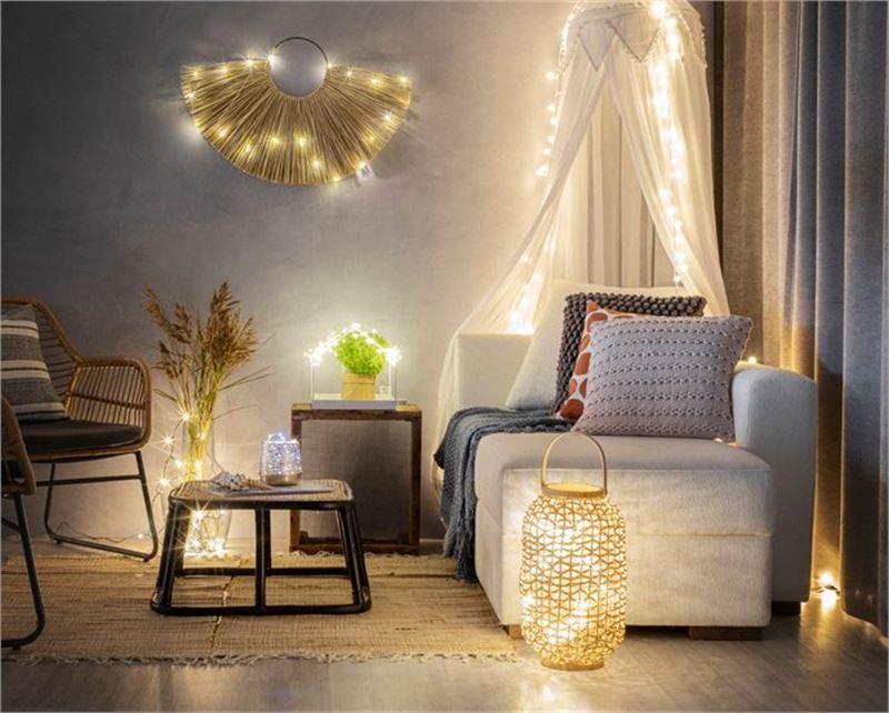 Syystunnelmaa muun muassa kymmenillä pienillä valopisteillä sekä harmoonisilla väreillä.