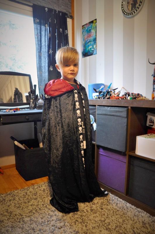 Onnea! Alvaro Yacila odottaa jo Halloweenia, koska silloin saa pukeutua. Pitkä pääkalloviitta on yksi vaihtoehto.