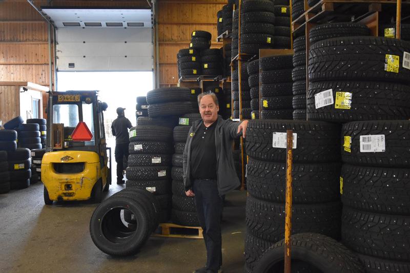 Rengasta menee. Koivusaari Oy:n myyntijohtaja Vesa Hernesniemi on työskennelyt firmassa jo vuodesta 1985. Taustalla varastomies Jani Moisanen.