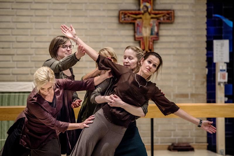 Titta Tunkkarin ohjaaman tanssiesityksen koreografia perustuu ohjattuun improvisaatioon.