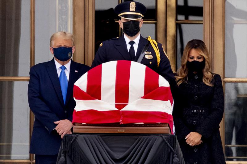 Yhdysvaltain presidentti Donald Trump vieraili vaimonsa Melanian kanssa tuomari Ruth Bader Ginsburgin arkun luona korkeimman oikeuden edessä Washingtonissa torstaina.