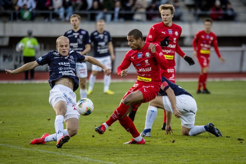 Jaron Anthony Olusanya pääsi heti alussa tekopaikalle, mutta AC Oulun Anselmi Nurmela liukui pallon tielle.