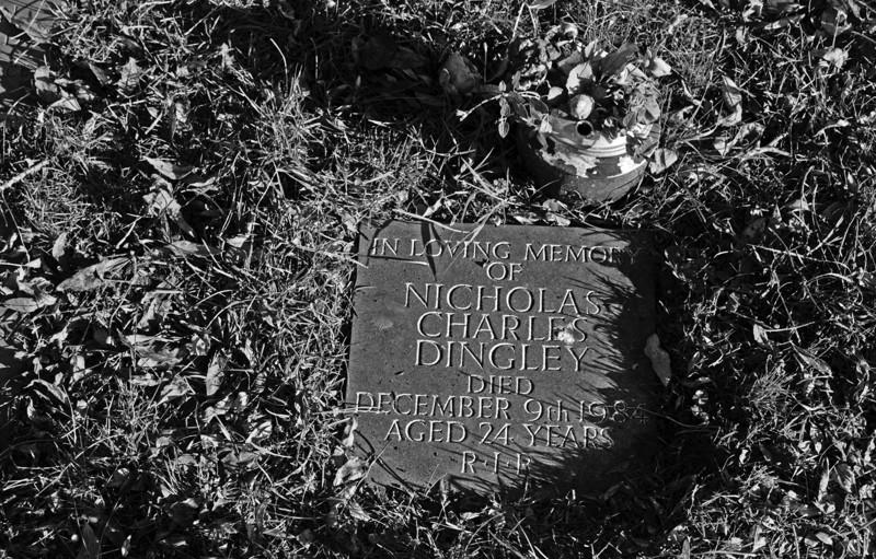 Razzlen hauta ja pieni muistokivi sijaitsevat Wightsaarella Englannin etelärannikolla. Razzle kuoli Yhdysvalloissa 8. joulukuuta, mutta aikaeron vuoksi Englannissa oli silloin jo 9. päivä, joten hautakiveen laitettiin tuo päivämäärä.