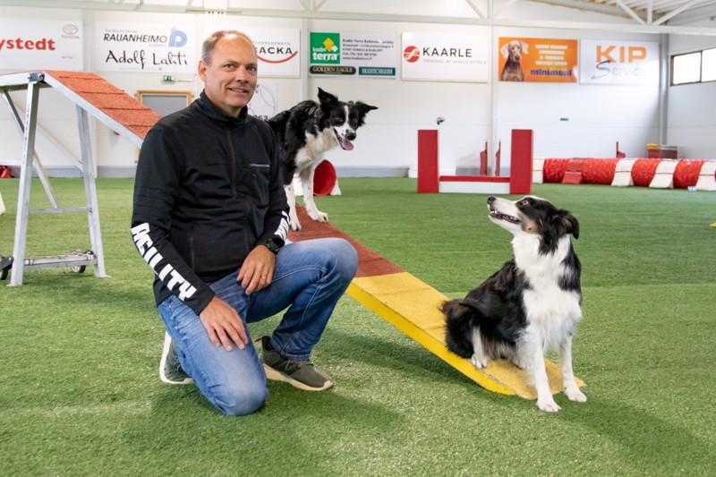 Anders Kronqvist toimii Keski-Pohjanmaan Koirakillan puheenjohtajana. Kuvassa Bordercolliet Ysi, 8, ja reilun vuoden ikäinen EX.