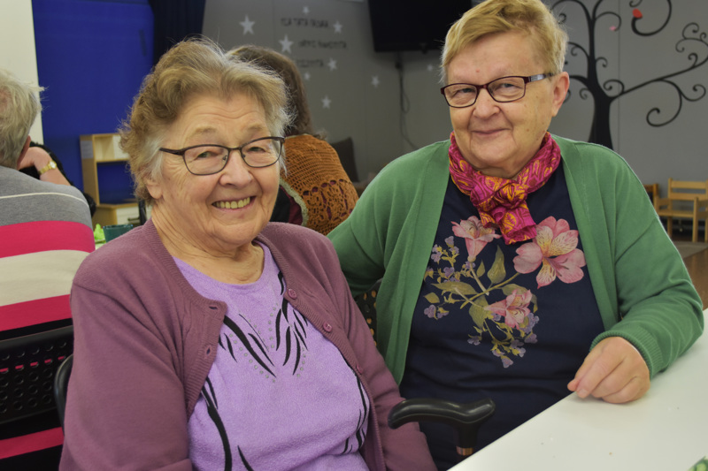 Pula-ajan kokenut Vieno Halmetoja (kuvassa vasemmalla) osaa arvostaa sitä, että nykypäivänä ei ole puutetta mistään. Elina Vähäaho kertoo, ettei omaa vanhenemista ole ennättänyt miettiä, kun ykkösenä on oman muistisairaan äidin hoitaminen.