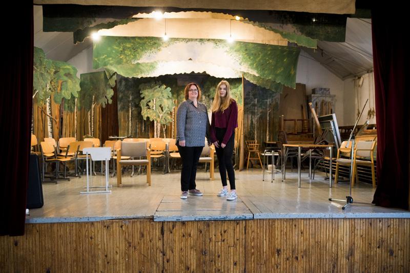 """Kati Toivoniemi (vas.) selviää Suurmusikaali Lailasta esittämällä """"vain"""" pääroolin Laila Kinnusena. Veera Toivoniemelle asunvaihtoja tulee musikaalin aikana useita, sillä hän esiintyy kolmessa roolissa."""
