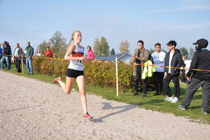 Nathalie Blomqvist juoksi 19-vuotiaiden naisten ylivoimaiseksi mestariksi Kurikan SM-maastoissa.