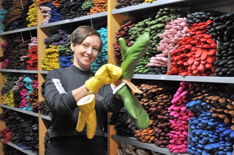 Satu Tuomala haluaa erottua käsinemaailmassa muun muassa väreillä, joita löytyykin pinkistä keltaiseen ja vihreästä eri sävyisiin sinisiin unohtamatta perinteisiä mustia ja ruskeita.