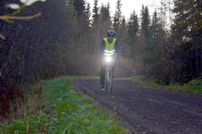 Kesäkuussa uudistuneen tieliikennelain mukaan polkupyörissä pitää olla etuvalon lisäksi myös punainen takavalo. Kuvassa Jani Isokääntä vuonna 2014.