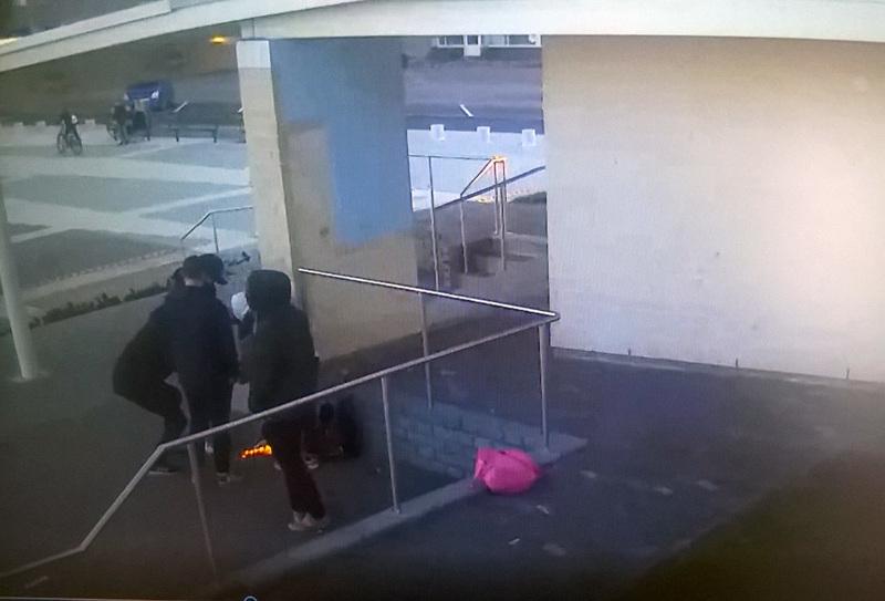 Toissa lauantainen roskien poltto Nivalan kirjaston ylätasanteen katoksen alla tallentui valvontakameraan.
