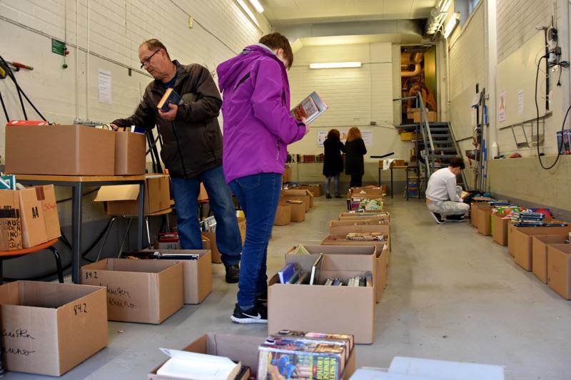 Jouko Hyvärinen (vasemmalla) kävi loppuviikosta useamman kerran penkomassa laatikoita Haapaveden kirjastolla.