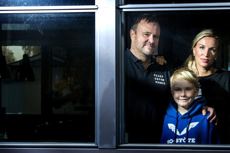 Koronatartunnat Erkkilän perheessä varmistuivat lauantaina. Juhan ja Roopen, 10, oireet ovat toistaiseksi jääneet perusflunssan tasolle, Paula on säästynyt tartunnalta kokonaan.
