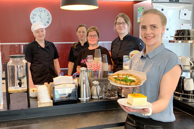 Monet asiakkaat ovat tulleet tutuiksi Pirjon Pakarin kahvilan työntekijöille. Kuvassa kondiittori Suvi Myllylä, kahvilatyötekijät Ritva Mäkinen, Essi Viljamaa ja Jenniina Arvo. Silja Timlin esittelee suolaista ja makeaa vaihtoehtoa.