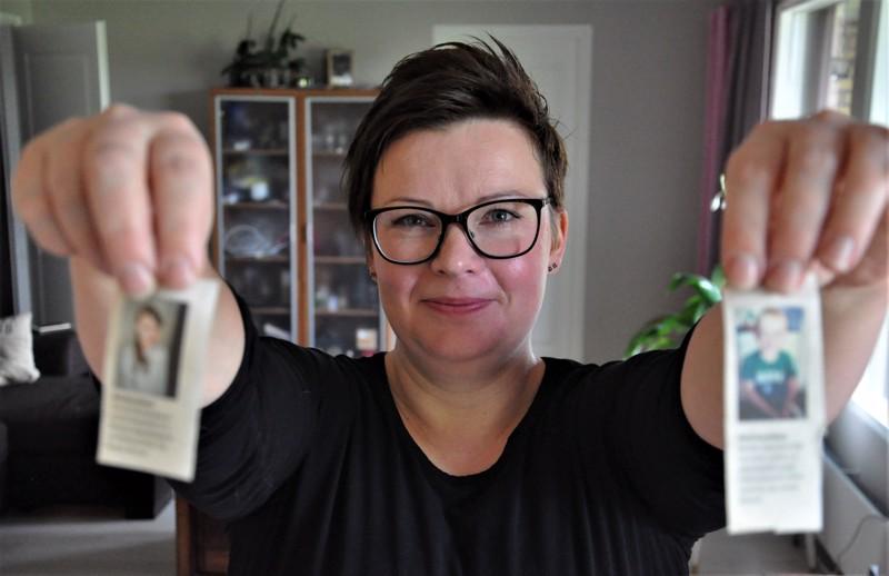 Päivi Kaustinen esittelee lasten palstalle lähettämiään kuvia lehtileikkeinä.