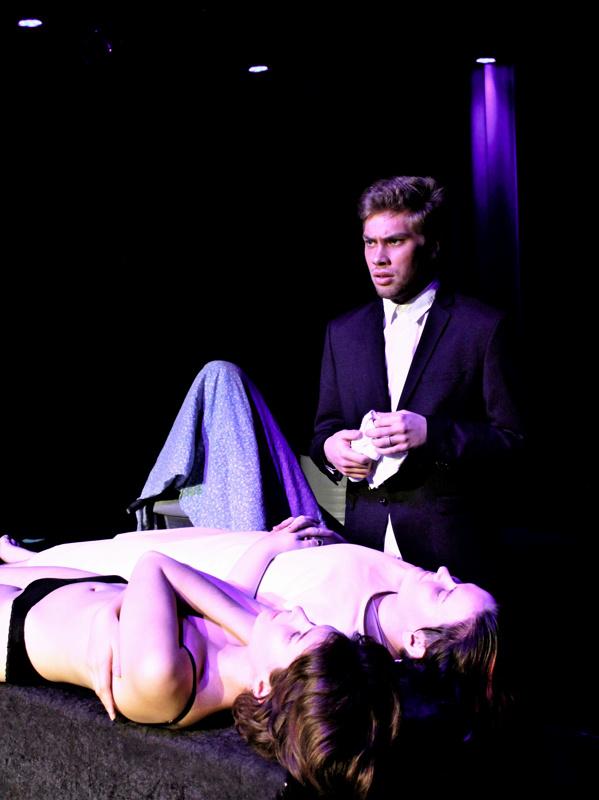 Emilia Nyman, Julia Vestman ja Linus Mäkelä Hot-esitykseen kuuluvassa Neitsyt -näytelmässä.