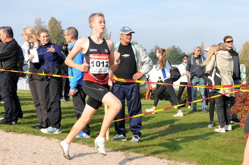 Kasper Björkbackan juoksu rullasi hyvin Kurikan SM-maastojen alamäkiosuuksilla.