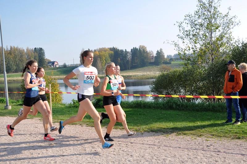 SM-pronssia Uralle. Emma Katajalaakso (nro 502) ja Sara-Elise Ruokonen (501) vetävät juoksijoiden joukkoa Kyrönjoen rannalla.
