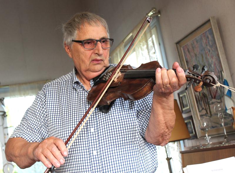 Eino Laitalan ensimmäinen omatekemä viulu on edelleen vireessä. Alkuperäinen, hevosen jouhista tehty jousi on sen sijaan soitettu loppuun.