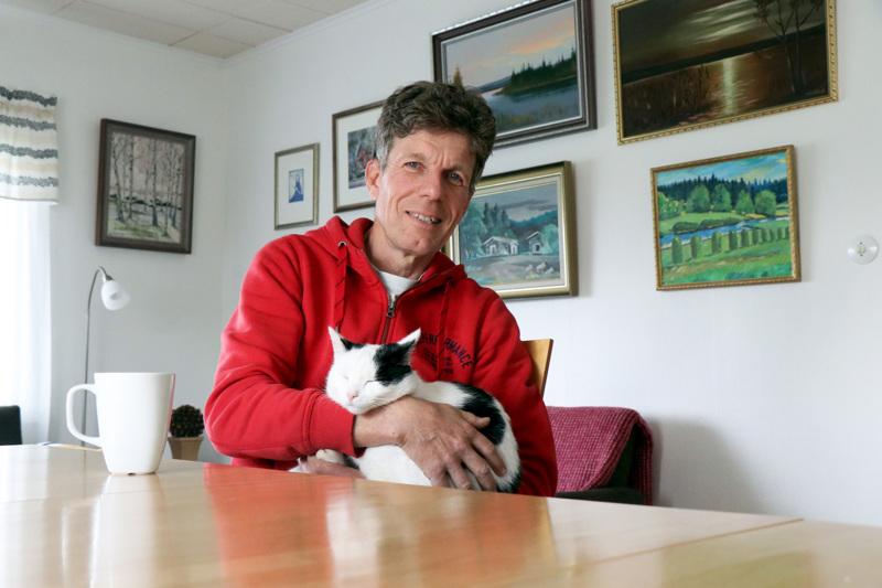 Mauri Aho vaihtoi Perhonjokilaakson päätoimittajan paikalta vapaalle reilu kaksi vuotta. Elämästä nauttii myös Laku-kissa.