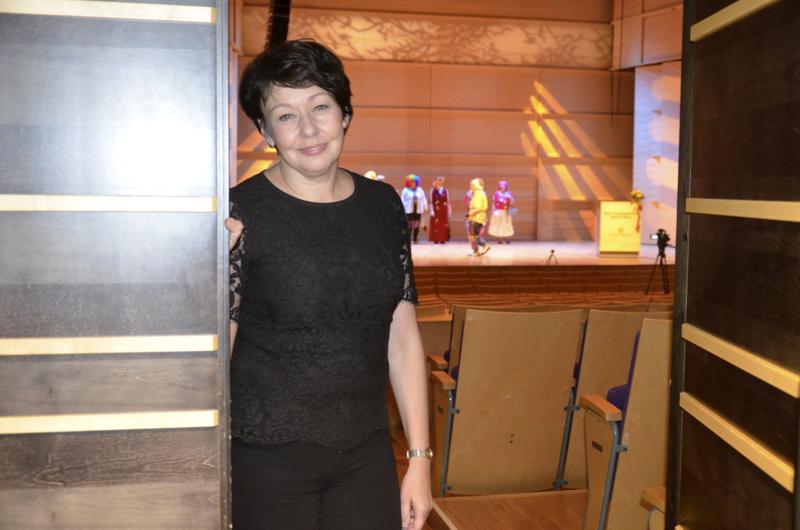Ylivieskan kulttuurijohtaja Katriina Leppänen arvioi, että ihmisillä on patoutunutta kulttuurin nälkää. Halutaan jo päästä tilaisuuksiin, jossa voidaan olla artistien kanssa samassa tilassa.