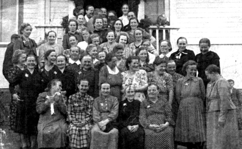 Äitienpäivä. Purontakasen koulupiirin alueella on ollut paljon äitejä. Kuvan on saattanut ottaa Väinö Avila Kannuksesta.
