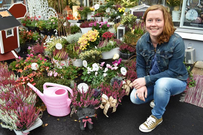 Marjo Laitalan päätyö on tällä hetkellä kukkakauppa Pitsilehdessä. Sen ohessa hän osallistuu maatilan hommiin ja tekee välillä sairaanhoitajan keikkoja kotihoidossa.