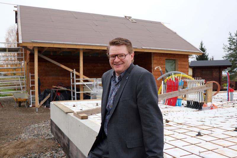 Mikko Huhtalan perhe rakentaa Veteliin hirsitaloa, jonka pohjatöitä on tehty jo Kainussa. Ulkorakennus ja sauna ovat jo tontilla pystyssä.