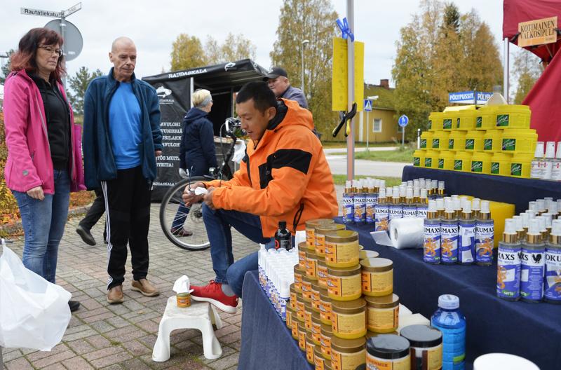 Viktor Kim puhdisti Johanna Laitisen ja Jarmo Ahvenjärven silmälasit Ylivieskan torilla keskiviikkoaamuna.