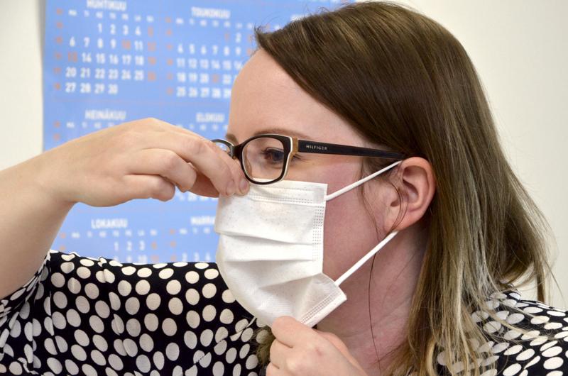 Maskeja suositellaan käytettäväksi nyt myös julkisissa sisätiloissa ja yleisötilaisuuksissa.