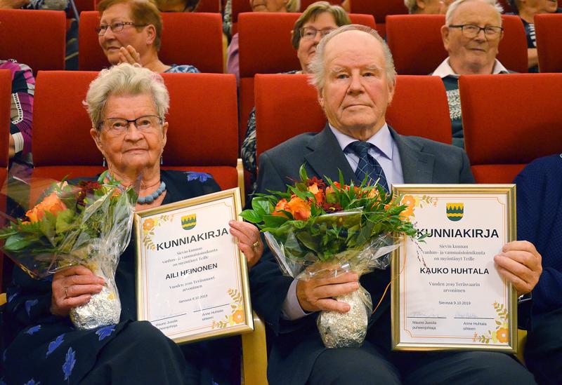 Kallion alueen vanhusten viikon pääjuhlassa Sievissä vuoden 2019 Teräsmuoriksi valittiin Aili Heinonen ja Teräsvaariksi Kauko Huhtala.