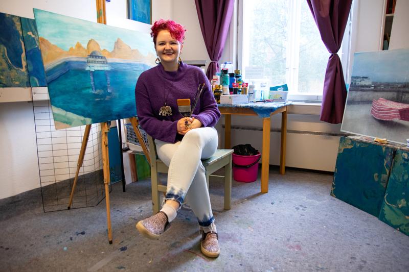 Mira Roivainen kertoo, että kuvataiteilijan työn suurimmat haasteet liittyvät työn itsenäisyyteen sekä talouspuoleen. Kuitenkin taiteilijan ammatti on elämäntapavalinta, joka kysyy rohkeutta elää omalla tavallaan.